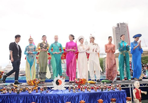 Hoang Hai (left) on the stage with models. The show also had the participation of overseas Vietnamese designer Lan Tschirky from Switzerland.