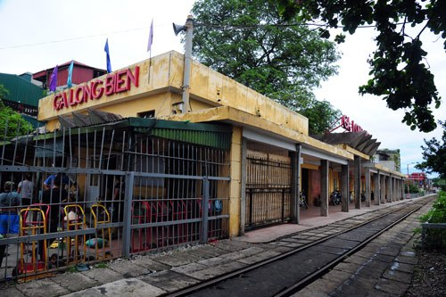 On the railway from Hanoi to HCM City, Long Bien is the only station that has just one track. The station is located in the Old Quarter, on the bridgehead of the Long Bien Bridge.