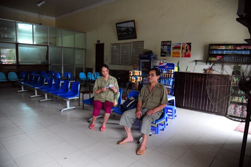 The waiting room is small and quiet. A man was waiting for the train to Vinh (Nghe An).