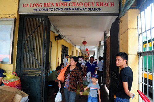 According to the Vietnam Railway Corporation, Long Bien station is too small and it is located in the Old Quarter so the station is inconvenient for passengers and causes traffic jams.