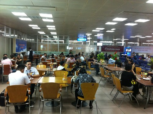 Tan Son Nhat Airport slashes food prices