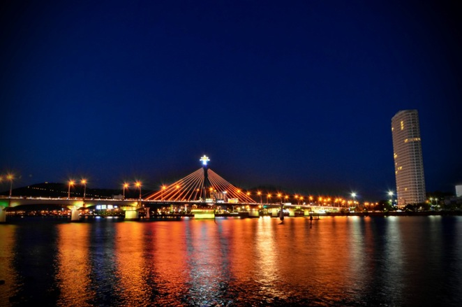 Han River Swing Bridge is the main road connecting Da Nang city to the sea. In photo: The swing bridge at 1am.