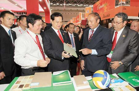 PM Dung holds court at 2013 ASEAN-China Expo