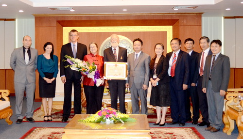 Australia doctor awarded for environment works in VN