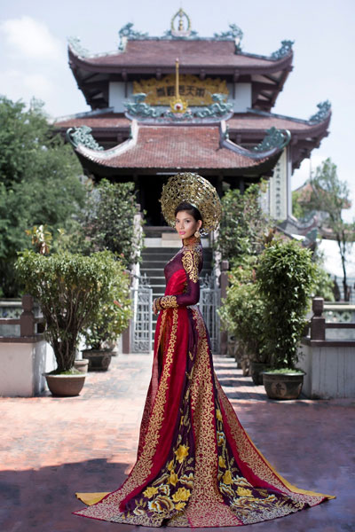 Truong Thi May's national dress at Miss Universe