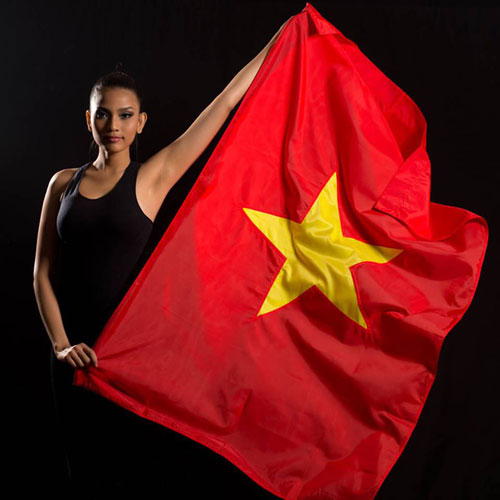Truong Thi May and Miss Universe contestants take photos with national flags