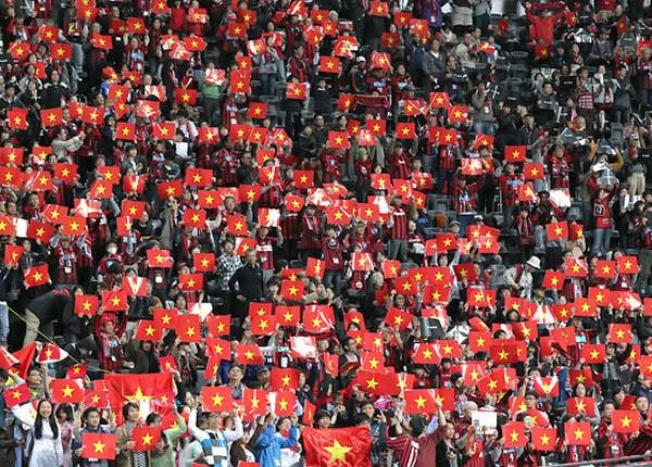 Japanese stadium dyed in red with Vietnamese flags