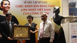 A striped scarf made of gold has been recognized as the largest of its kind in Vietnam by the Vietnam Record Book Centre (Vietkings).