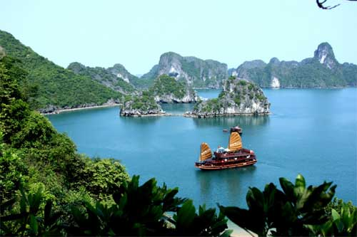 Floating oasis on Vietnam's magical Ha Long Bay