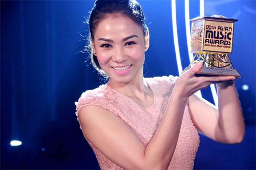 Thu Minh wins Best Asian Artist award