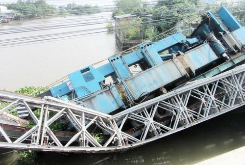 Bridge collapses because of a 60-ton truck