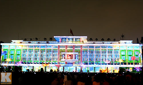 Photos: People enjoy the banquet of light in Saigon