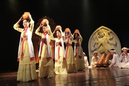 A cultural and art performance titled Champa Journey Show took place today at the School of Theatre and Cinema of HCM City's Young World Theatre.