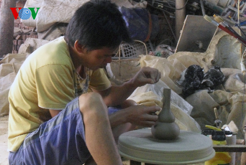 Vinh Phuc, Huong Canh pottery village, craftsman