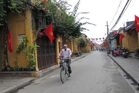 Over 1,600 Hoi An's civil servants go to office by bike