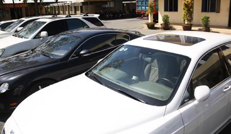 "Hundreds of luxury cars ""abandoned"" at Saigon seaports to be handled"