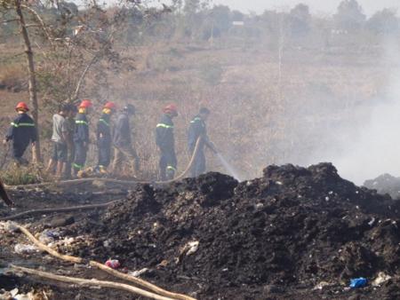 Fires at garbage dump, smoke covers Saigon
