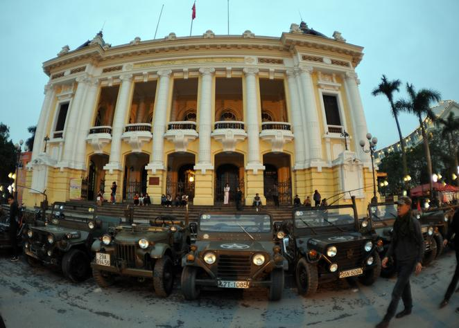 Foreign tourists tour Hanoi at night with jeeps