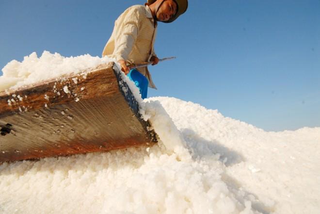 salt workers, binh phuoc, salt fields, hot spells
