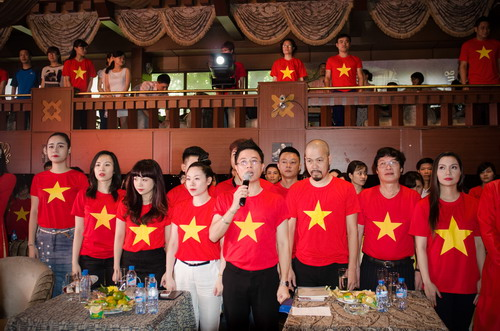 1,300 people sing the Vietnamese National Anthem in new video