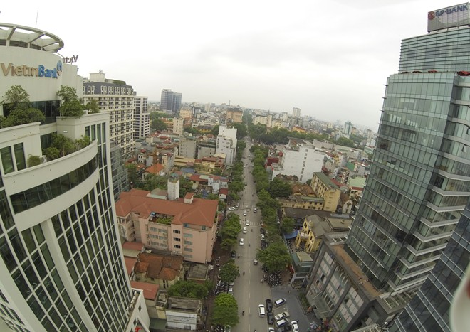 "Hanoi's ""Wall Street"" looked at from flying cameras"