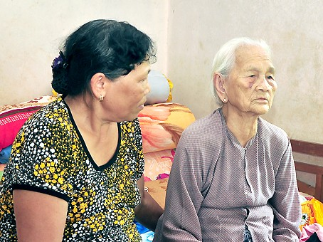 old woman, vo thi bai, fights off thief