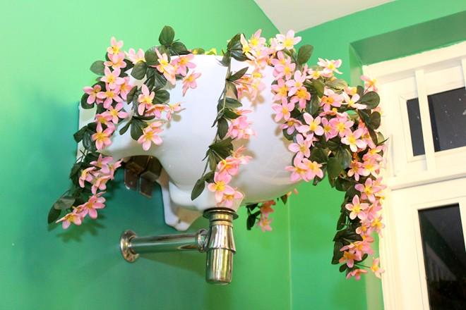 Toilet-themed café