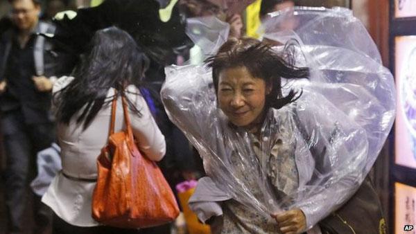 Typhoon Kalmaegi sweeps past Hong Kong