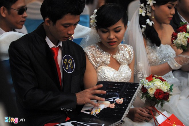 Wedding Gift Young Couple : Photos: Mass weddings for people with disabilities in HCM City ...