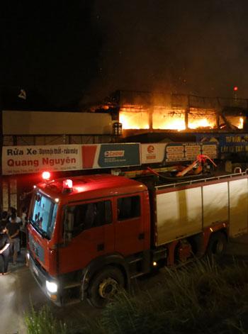Blaze destroys Hanoi's bar, 13 people injured