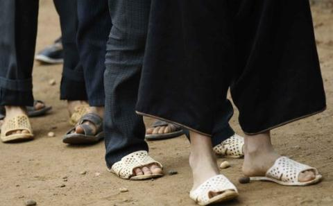 Lecturers at Cuu Long Univ not allowed to wear jeans, slippers to school