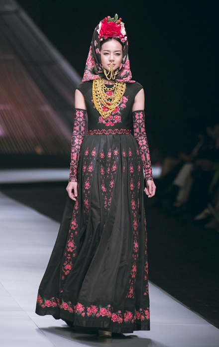 Vietnam Int'l Fashion Week, Thai designer Roj Singhakul
