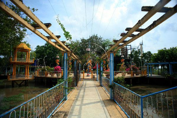 Explore the strangest religious shrine in Vietnam