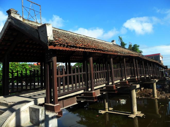 Photos of tile-roofed bridges on postage stamps