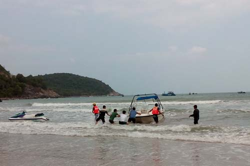 Two Russians adrift at sea rescued in Khanh Hoa Province