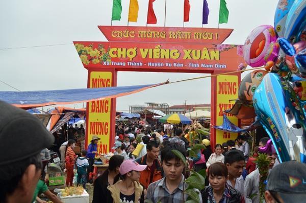 Chợ Viềng: Photos: Visitors Buy Good Luck At Vieng Market