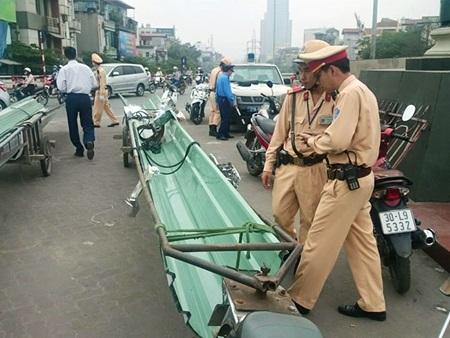 Motorbikes bearing unwieldy load cause massive traffic jam in Hanoi