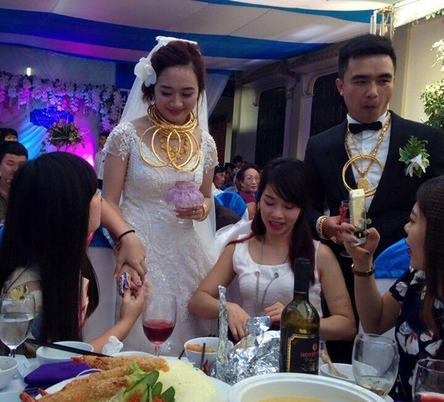 VN bride and groom wear kilos of gold