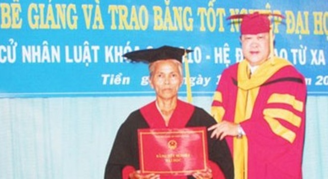 57-year-old banana seller receives Bachelor of Law degree