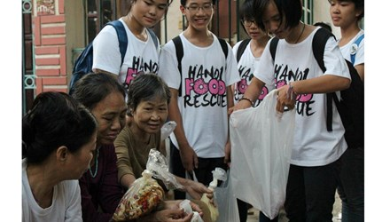 Student-run food bank helps to feed poor people in Hanoi