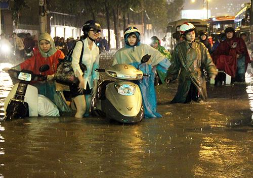Saigon in chaos in the biggest rain in the year