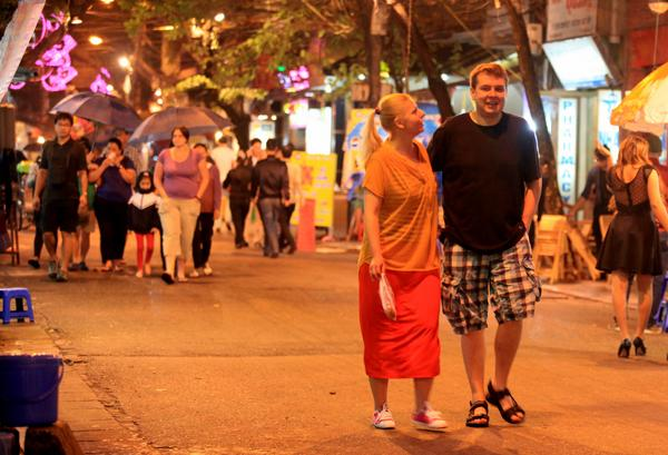 Foreign tourists complain of early closings in Vietnam