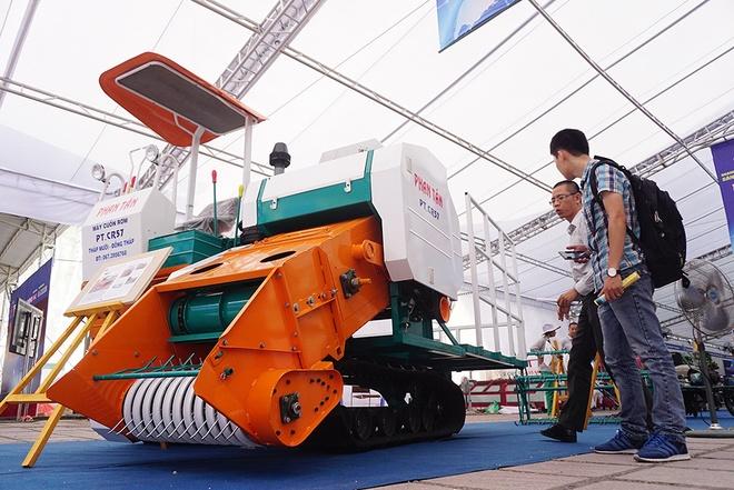 Vietnamese farmers demonstrate their inventions at hi-tech fair