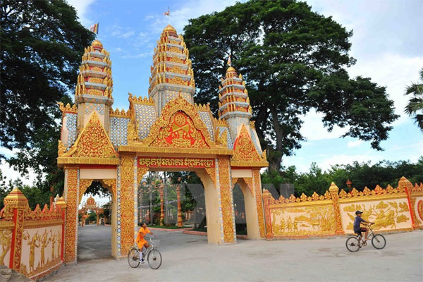 Xiem can temple stunning old architecture in bac lieu for Architecture khmer