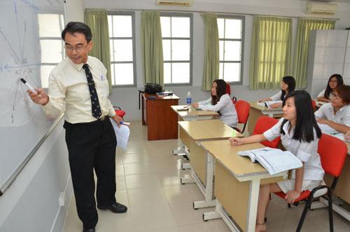 Math teachers' English skills too low to use English as language of instruction