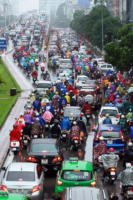 traffic in ha noi A decade or so of capitalist fervor has transformed hanoi's once-quiet tree-lined boulevards and side streets into roaring rivers of rubber and steel.