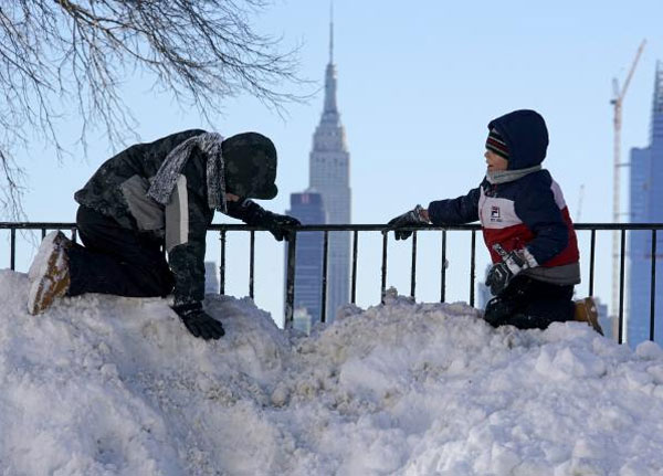 New York rebounds after blizzard, Washington shuts down government