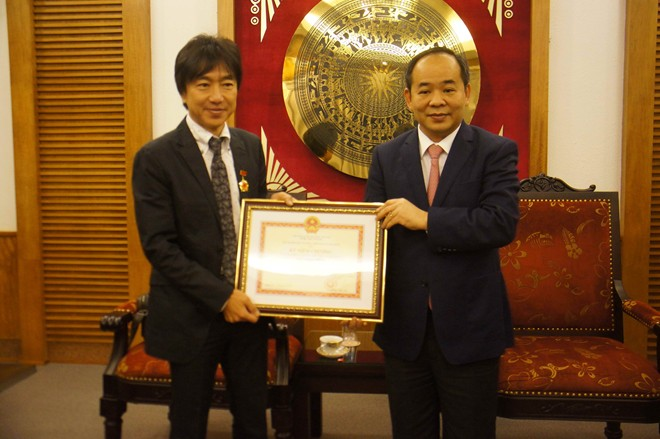 Japanese coach Miura receives Ministry of Culture's medal