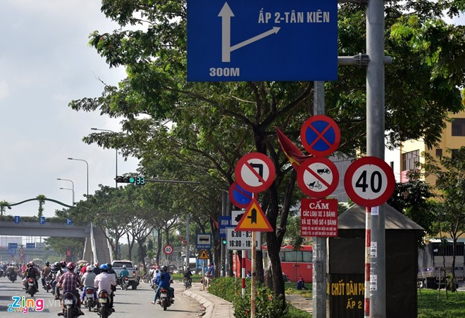 2,300 traffic signs removed at Transport Minister's instruction