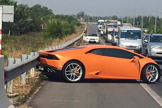 800 000 lamborghini huracan destroyed in accident on long thanh highway news vietnamnet. Black Bedroom Furniture Sets. Home Design Ideas